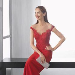 Eugenia Silva con un vestido de encaje rojo de la colección 'Cocktail 2017' de Rosa Clará