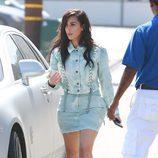 Kim Kardashian con un look denim en California