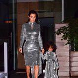 Kim Kardashian y su hija North West con el mismo diseño metalizado en una actuación de Kanye West