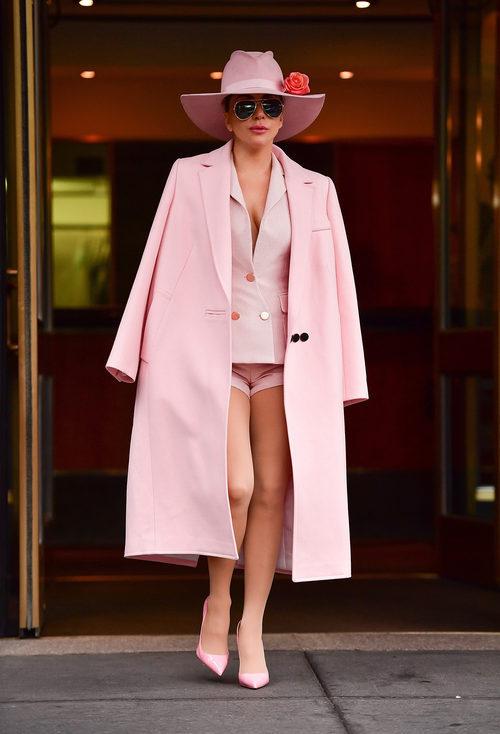 Lady Gaga con un total look rosa en las calles de Nueva York