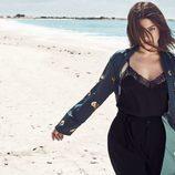 Julia Restoin con una camisa negra de Mango colección 'Journey'