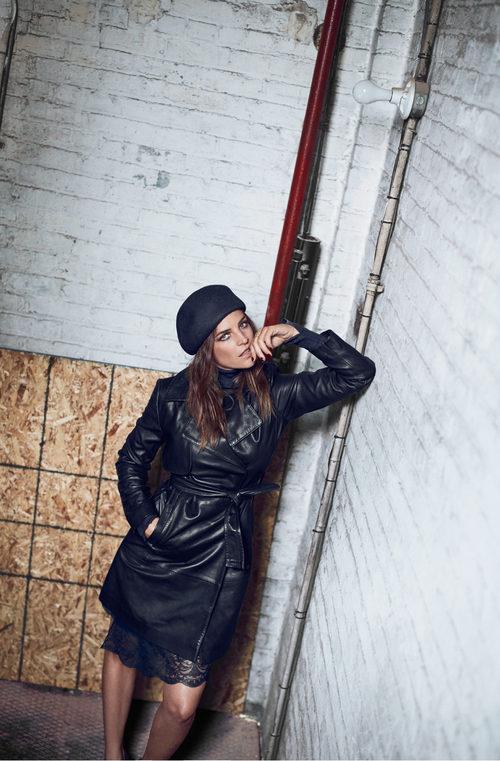 Julia Restoin con un trench negro de Mango colección 'Journey'