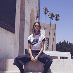 Izabel Goulart con una camiseta con el logo de Nike de la colección 'Beautiful X Powerful'