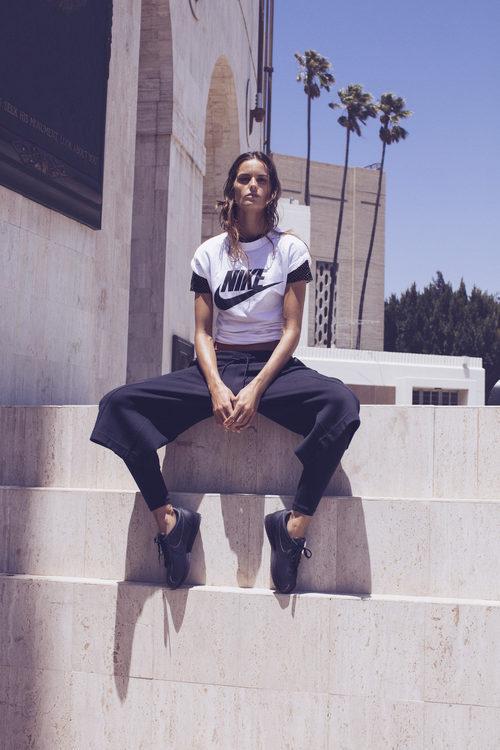 Izabel Goulart con una camiseta con el logo de Nike de la colección 'Beautiful X Powerful'