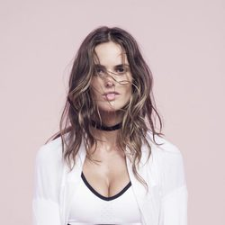 Izabel Goulart con un top blanco de Nike colección 'Beautiful X Powerful'