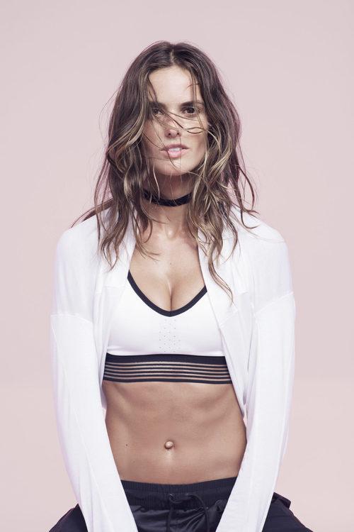 Izabel Goulart con un top blanco de Nike colección 'Beautiful X Powerful'