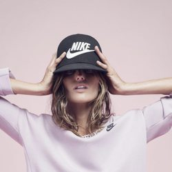 Izabel Goulart con una sudadera rosa de la colección 'Beautiful X Powerful' de Nike