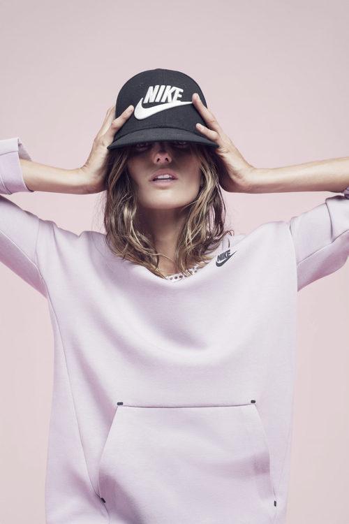 Izabel Goulart con una sudadera rosa de la colección 'Beautiful X Powerful' de Nike
