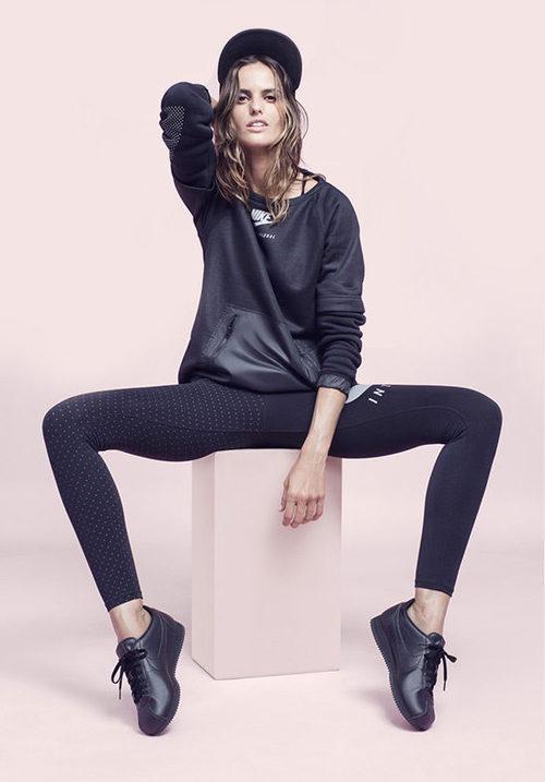 Izabel Goulart con un look negro de Nike colección 'Beautiful X Powerful'