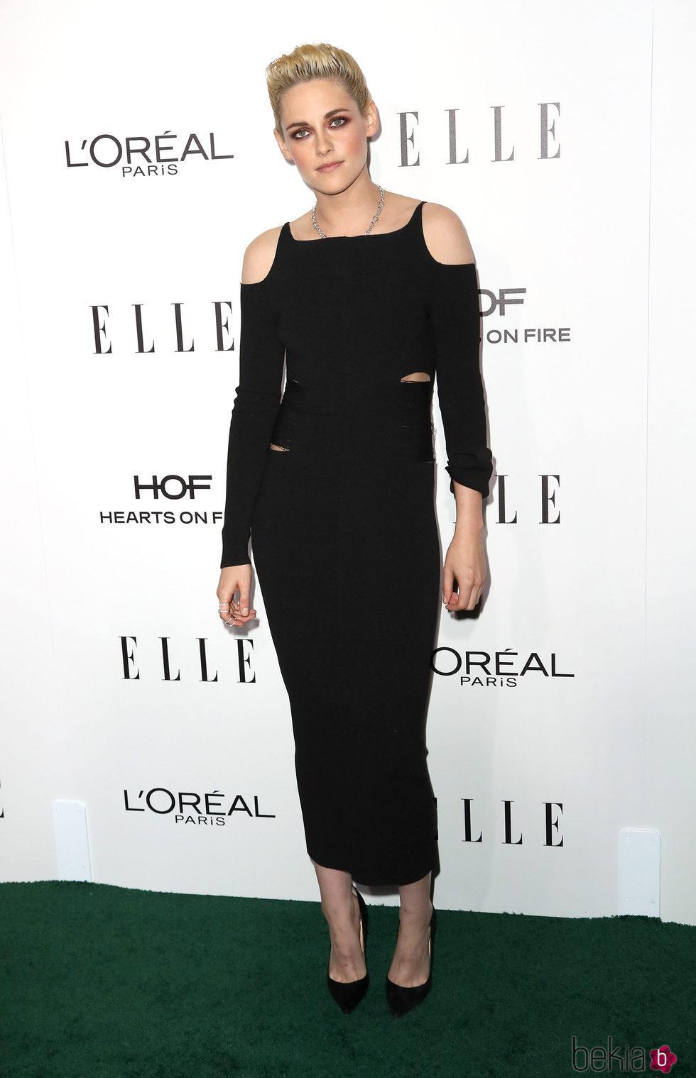 Kristen Stewart con un vestido negro durante los Premios Women in Hollywood de ELLE 2016