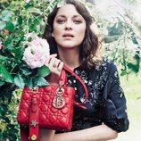 Marion Cotillard con un bolso Lady 2017 de color rojo de Dior