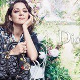Marion Cotillard con un bolso negro de la colección Lady 2017 de Dior