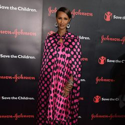 Iman con un vestido de lunares en un evento de 'Save the Children'