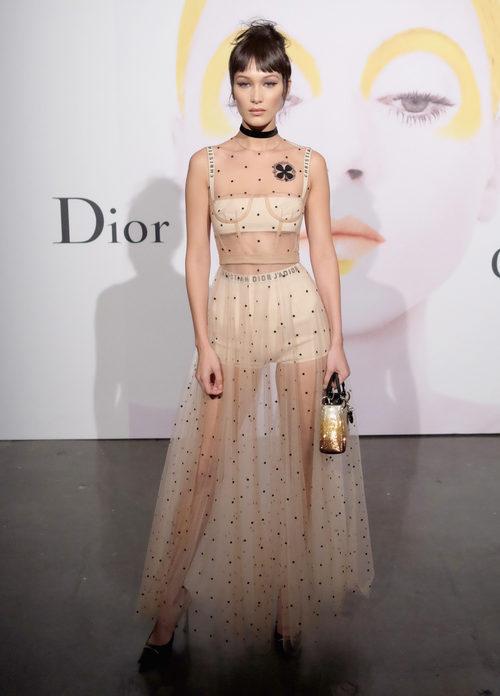 Bella Hadid con un vestido nude transparente en un evento de Dior
