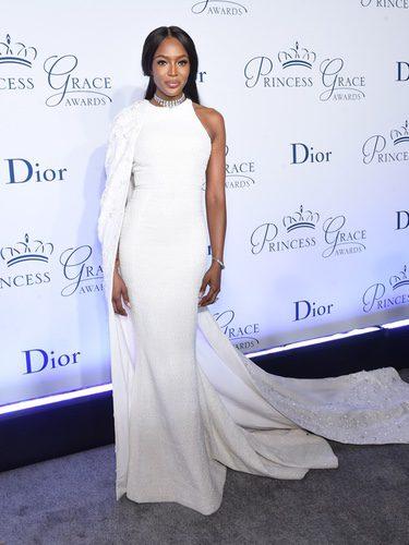 Naomi Campbell con un vestido blanco en los Premios Princesa Grace 2016