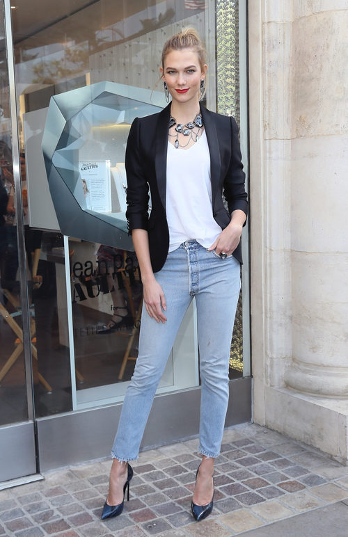 Karlie Kloss con un look urbano en una tienda de Swarovski en Los Ángeles