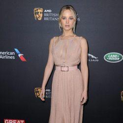 Jennifer Lawrence con un vestido rosa en la Gala de los BAFTA Britannia Awards