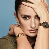 Penélope Cruz con los complementos dorados de la nueva colección de Viceroy