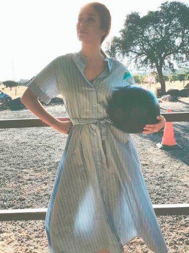 Blanca Suárez posando con un vestido camisero de Zara