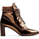 Botines en cobre metalizado de la colección 'Gigi Boot' de Stuart Weitzman