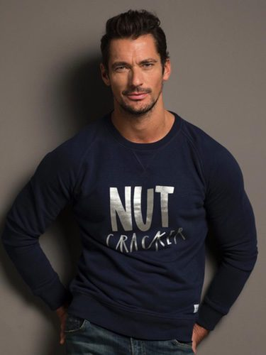 David Gandy con un jersey azul marino para la campaña 'Christmas Jumper Day' de Save The Children