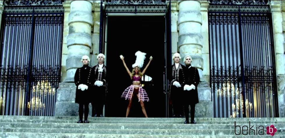 Stella Maxwell en el castillo del Fashion Film de Victoria's Secret