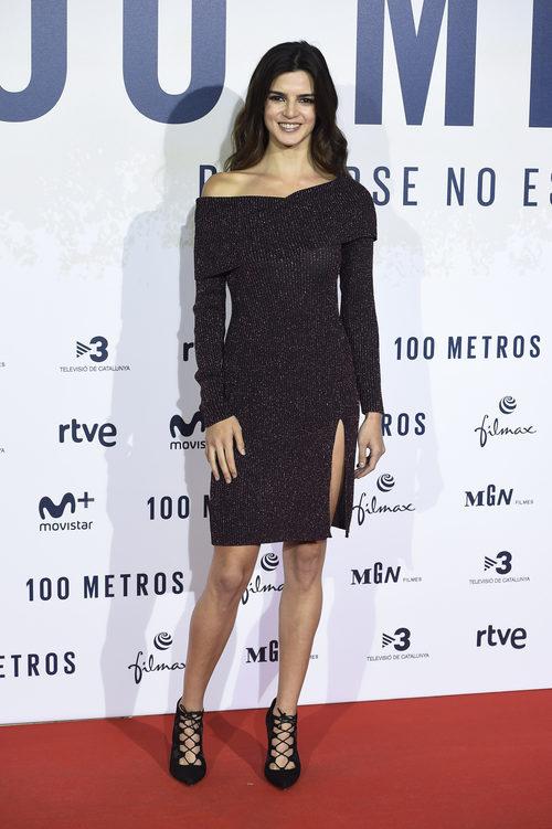 Clara Lago con un vestido jersey en la premiere de '100 metros' en Madrid