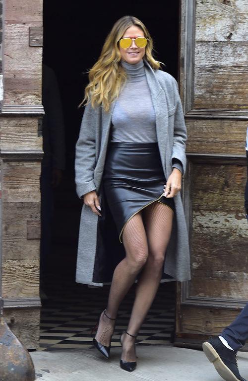 Heidi Klum con una falda de cuero por las calles de Nueva York