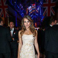 Elizabeth Harley con un vestido blanco y dorado en la fiesta 'City Veterans Network Host' en Londres