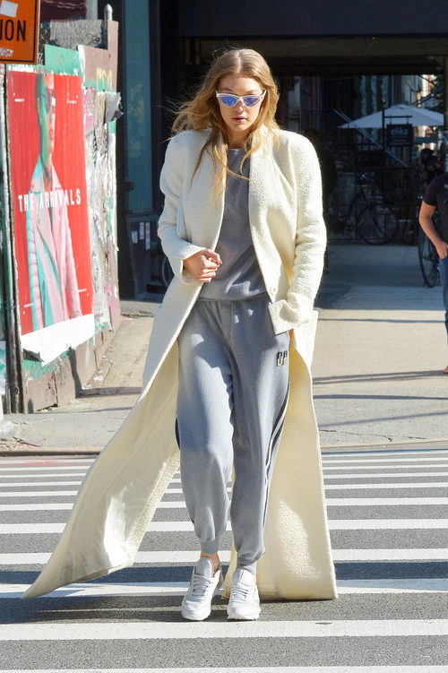 Gigi Hadid con un chándal gris en las calles de Nueva York