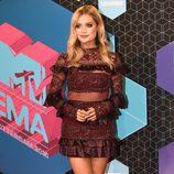 Laura Whitmore con un vestido burdeos en los MTV EMA 2016