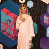 Emma Bale con un vestido de seda en los MTV EMA 2016
