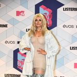 Bebe Rexha con unas botas metalizadas en los MTV EMA 2016