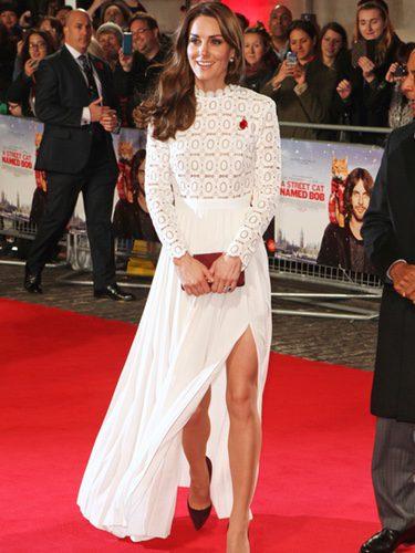 Kate Middleton con un vestido blanco en el estreno de la película 'Un gato callejero llamado Bob'