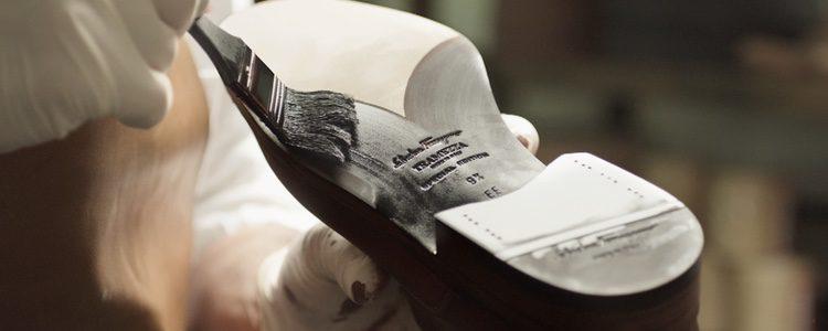 Artesano realizando el calzado de Salvatore Ferragamo colección 'Tramezza'