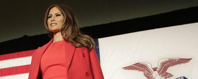 Melania Trump con un look rojo en discurso de campaña en Waterloo