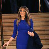 Melania Trump con un vestido azul klein en el debate electoral de la Fox News