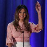 Melania Trump con una camisa rosa cuarzo en un discruso en Pennsylvania