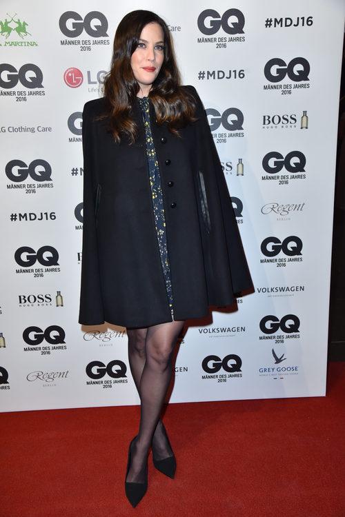 Liv Tyler con un look navy en la gala de los Premios GQ al hombre del año en Berlín
