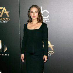 Natalie Portman con un total look black en la gala Hollywood Film Awards 2016