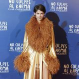 Alba Galocha con un batín dorado en la premiere de 'No culpes al karma de lo que te pasa por gilipollas'