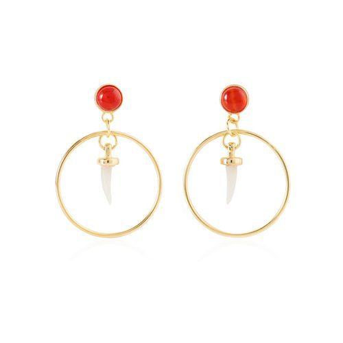 Pendientes dorados con un cuerno blanco de la colección de Sara Carbonero para Agatha París