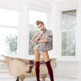 Hailey Baldwin con unas botas burdeos de su propia colección para Public Desire