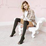 Hailey Baldwin con unas botas con la punta abierta de su colección para Public Desire
