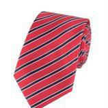 Corbata roja con rayas azules de la colección de Hawes & Curtis y el Príncipe Carlos