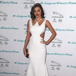 Miranda Kerr con un vestido blanco en el evento Jaguar Concept Reveal en Los Ángeles