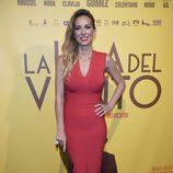 Kira Miró con un vestido ceñido en el estreno de 'La isla del viento' en Madrid