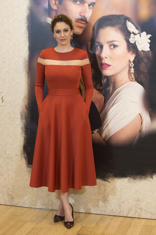 Blanca Suárez con un vestido anaranjado en la presentación de 'Lo que escondían sus ojos'