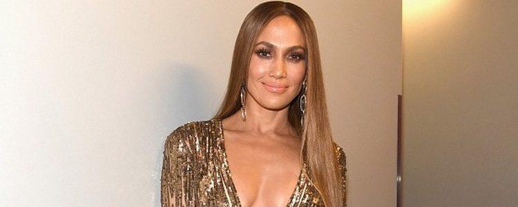 Jennifer Lopez con un mono dorado en los Latin Grammy 2016