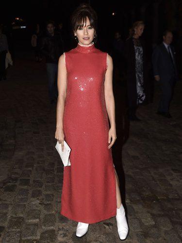 Verónica Sánchez con un vestido rojo de lentejuelas en la inauguración de la exposición de Loewe